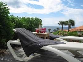heerlijk luieren bij het privé zwembad met zicht op de Caribische Zee