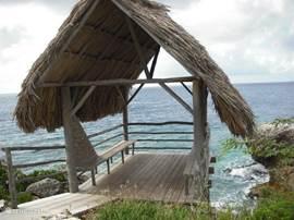 Gezamenlijk palapa op het park. Schaduwrijk plekje om uit te kijken over de Caribische Zee.
