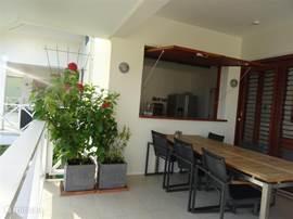 Uitzicht van het terras op de keuken.