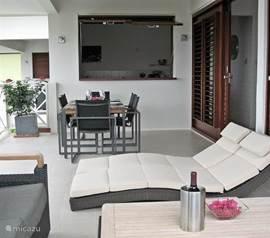 Twee heerlijk liggende Loungebedden op het terras. Eethoek met 6 stoelen en een Hartman zitje voor 4 personen.