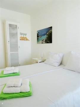 Slaapkamer 2. Horren voor de ramen. Airco. De bedden kunnen zowel apart dan wel gekoppeld worden tot een groot Lits jumeau.