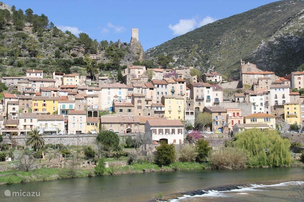 Roquebrun waar je heerlijk kunt afkoelen in de Orb rivier