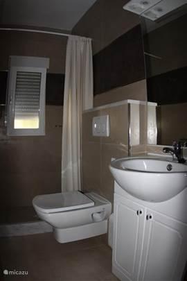 Nieuw gerealiseerde badkamer(2013)met douche en toilet met eigen slaapkamer