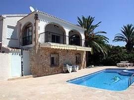 Vooraanzicht(met schaduwrijk patiobalkon) vrij gelegen terras en zwembad, met Solar buitendouche (warm water)
