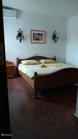 Hoofdslaapkamer 2 pers (180 x 200) met gedeelde badkamer