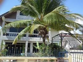 Voorzijde van de villa
