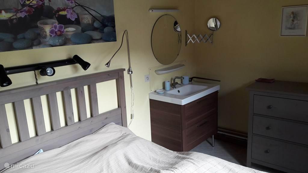 2-persoonsslaapkamer met wastafel
