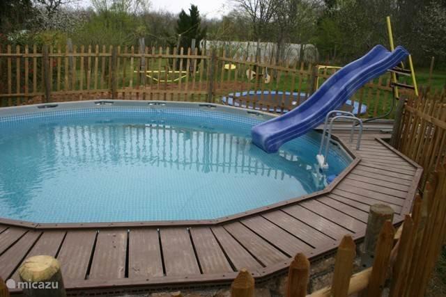 Hier het zwembad met waterglijbaan waar de kinderen de grootste lol mee hebben. Het is geheel omheind zodat de kleinsten er niet in kunnen vallen.