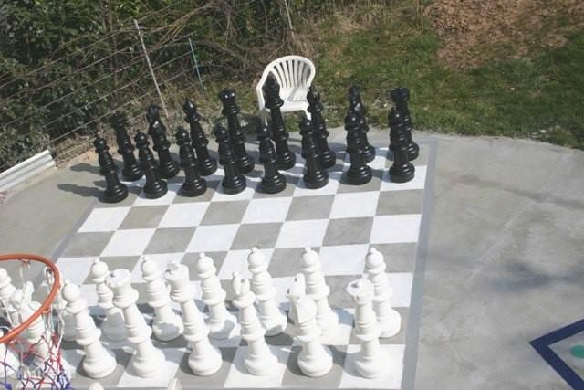 men kan ook spelen met het reuzenschaakspel met stukken van 94 cm. hoog op het terras direct achter het huis.