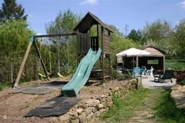 Het speeltoestel heeft een picnicktafeltje en tweeschommels waaraan andere dingen gehangen kunnen worden zoals een rekstok, een baby of kleuterschommeltje. Deze dingen bevinden zich in het blokhutje wat als berging dient. Op dit moment is er net nieuw gras ingezaaid.