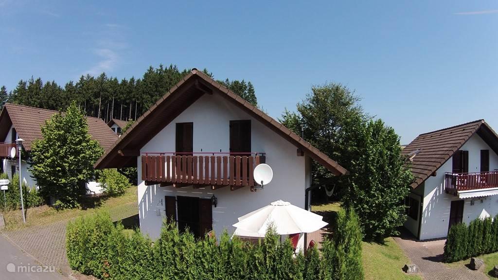 Vooraanzicht van de woning in Seepark Kirchheim, een heerlijk plekje met eigen parkeerplek naast het huis.