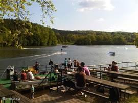 de bar en terras bij het meer waar je in de zomermaanden kan waterskieen.