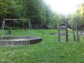 een grote mooie speeltuin in het park voor de kleintjes