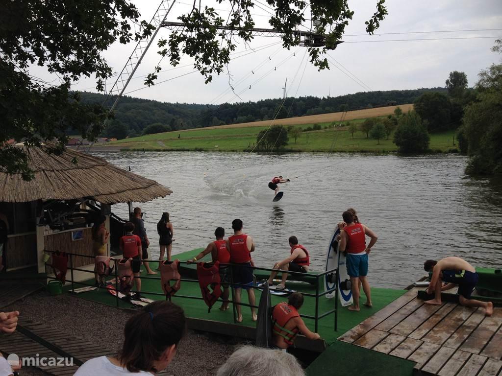 les in waterskieen bij de stuwmeer van Seepark