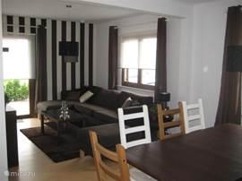 woonkamer modern ingericht met fijne meubels.
