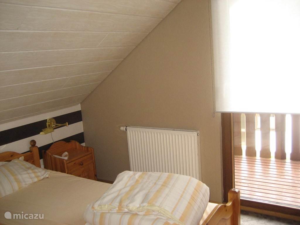 een van de slaapkamers boven