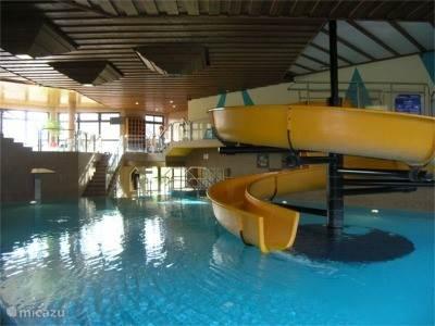 het zwembad in het hotel beneden in het park (tegen entree)