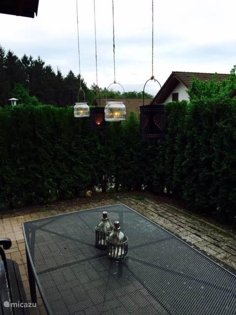 de tuin aan de voorzijde van het huis