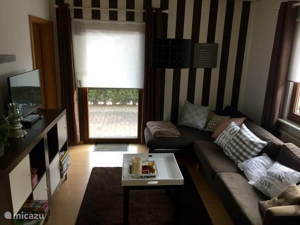 woonkamer met ruime bank