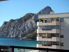 Uitzicht vanaf het terras aan de woonkamer op de rots van Calpe en het strand/zee.