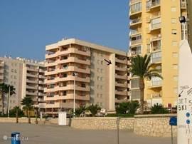 Aanzicht van gebouw Topacio III vanaf strand.