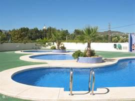 Overzichtsfoto van de 3 zwembaden. Heerlijk voor kinderen om te spelen. Terras rond zwembaden aanwezig.