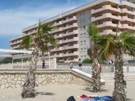 Aanzicht van Topacio III vanaf strand. Appartement is gesitueerd op 6 etage en dicht bij zee.