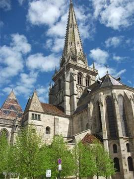 Autun, originally a Roman city, is 10 km. There is still much to see and explore from Roman times. It is also common in Autun the cathedral of St. Lazaire. On Wednesday and Friday market.