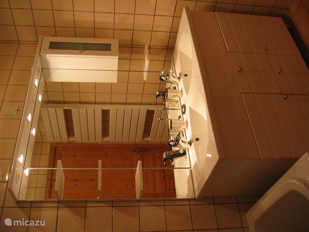 Badmeubel in badkamer 1e etage