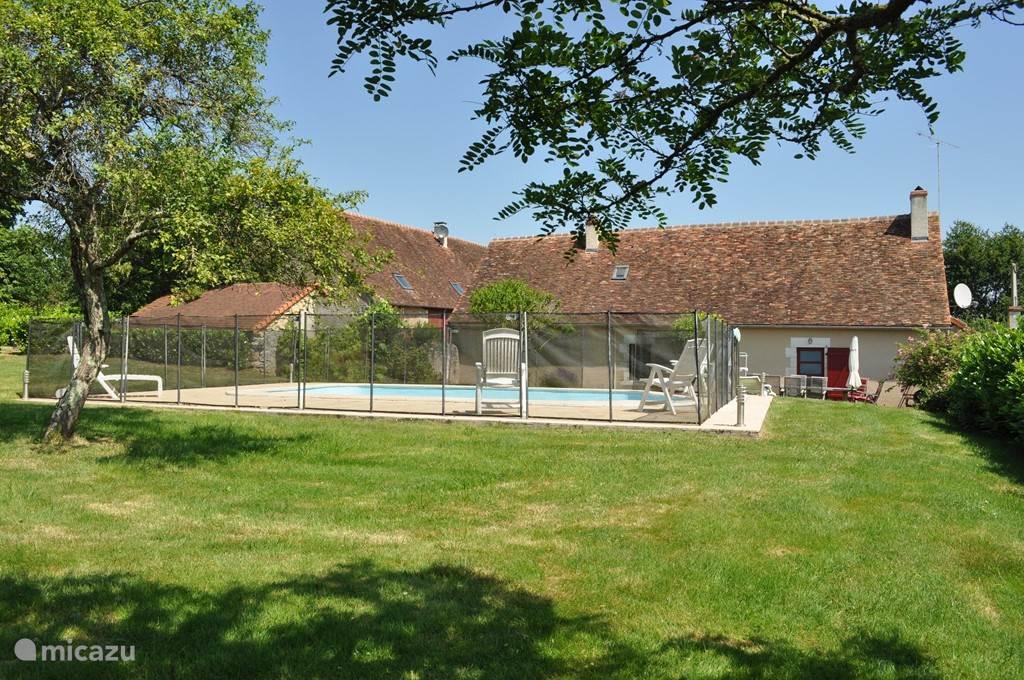 Tuin met zwembad, het terras bevindt zich rechtsachter het zwembad