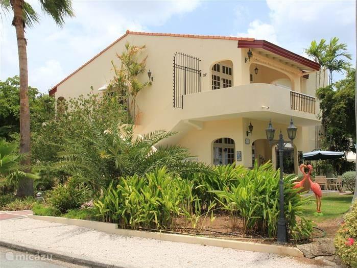 Via de Royale trap bereikt u de veranda vanwaar er een schitterend uitzicht over de schitterende Palmtuinen van het Royal Palm Resort is