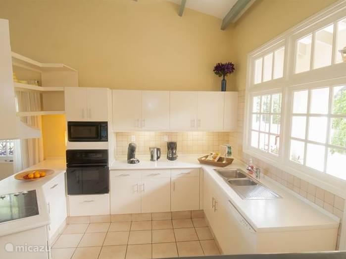 De keuken is voorzien van magnetron, oven, vaatwasser, Senseo, koffiezetapparaat, veel kastruimte en een elektrische kookplaat.