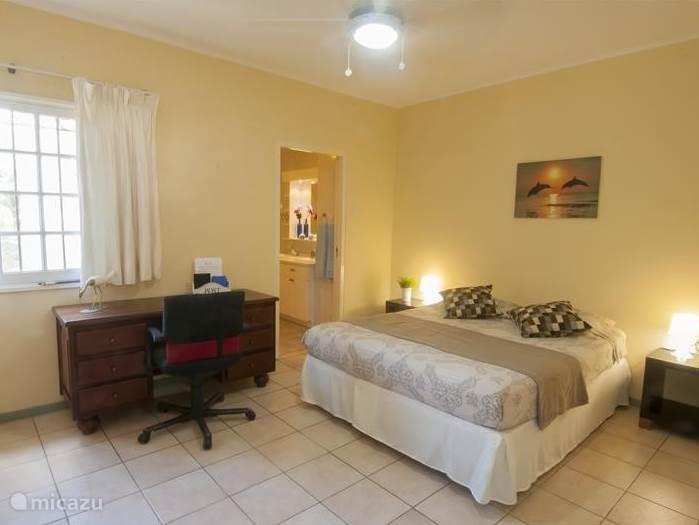 De tweede slaapkamer is ook voorzien van een tweepersoonsbed. Uiteraard is deze slaapkamer ook voorzien van airconditioning. Ook deze slaapkamer heeft zijn eigen badkamer.