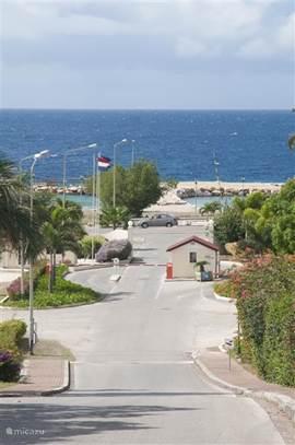 Dit is de bewaakte in/uitgang van het resort. Hierachter bevindt zich ook het strand.