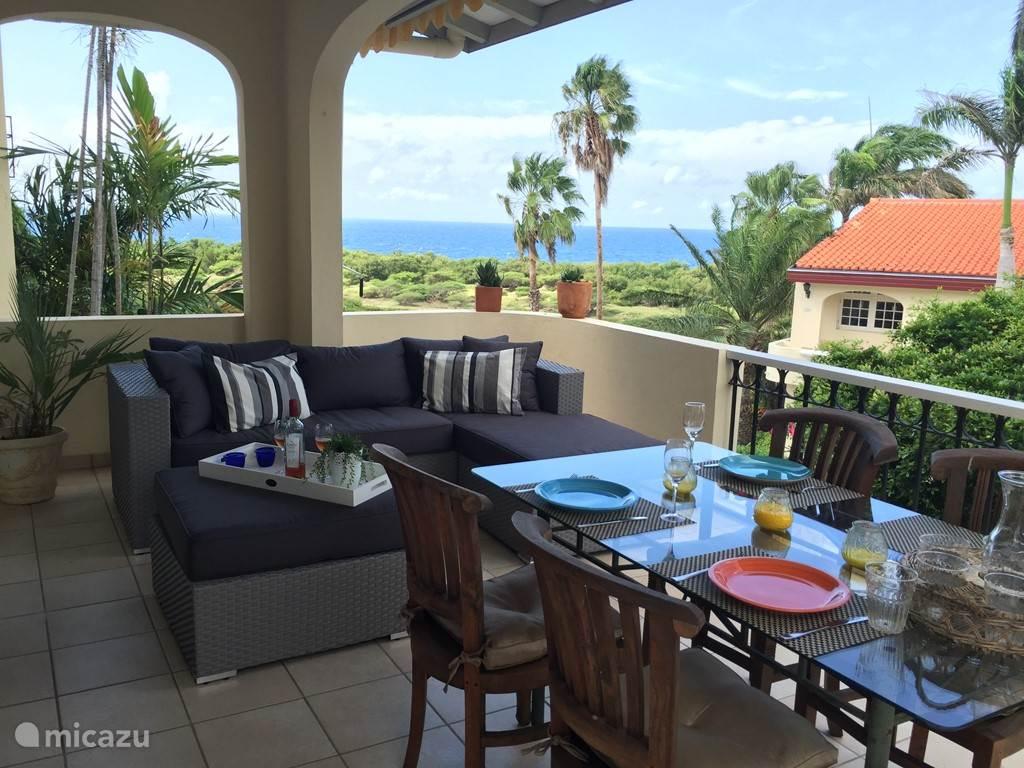 Ontbijt, lunch of diner op elk moment van de dag is het genieten op de porche (veranda).  Via de openslaande deuren komt u vanaf de porche in de woonkamer