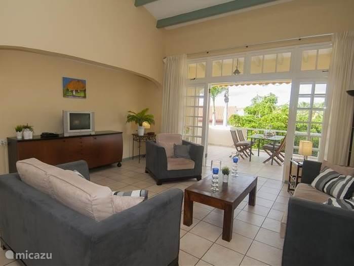 De woonkamer is royaal opgezet. Door het gehele appartement is er gratis WIFI beschikbaar. De grote plafondventilatoren zorgen voor voldoende verkoeling