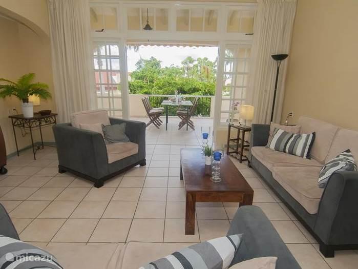 Vanuit de woonkamer heeft u ook zicht op de prachtige palmtuinen