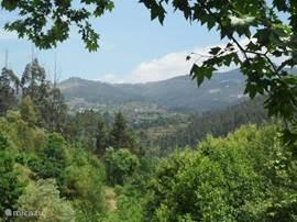 Het weidse uitzicht naar de berg Monte Farinha met het bedevaartsplek A nossa Senhora da Graça in Mondim de Basto.