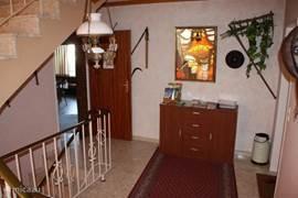 Ruime hal voor de entree van de 4 appartementen en de gezelschapsruimte