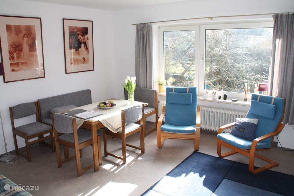 Ruime woonkamer met zit en eethoek