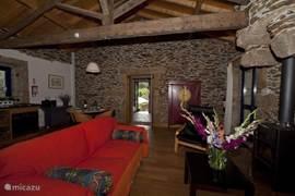 De gezellige zitkamer, met open keuken. Een houtgestookte kachel voor de eventuele koelere avonden.