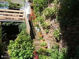 Vanaf het terras heeft men toegang tot de tuin