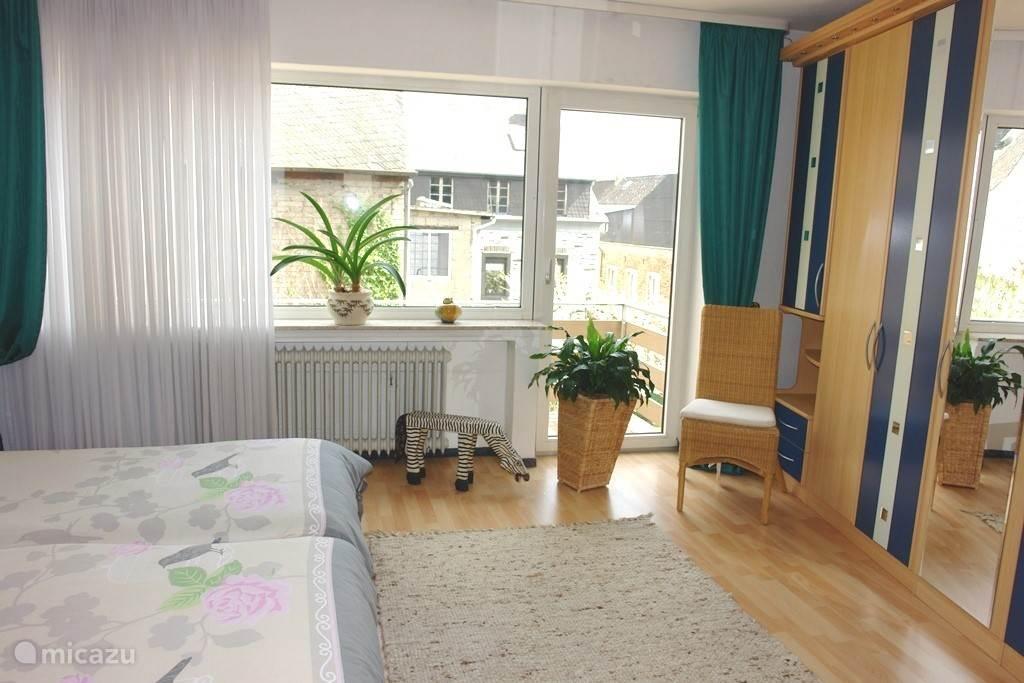 Slaapkamer 1 met toegang tot balkon