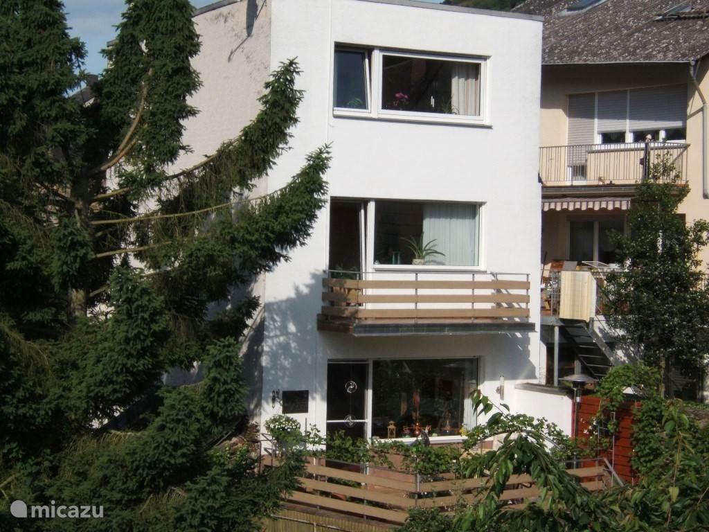 Achterzijde van het woonhuis met terras en kleine tuin
