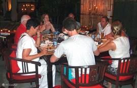 Gasten genieten van onze Rijsttafel