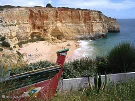 Praia de Benagil is het strand van Benagil. De foto is genomen tijdens de korte wandeling er naar toe. Via trappetjes komt u bij dit fantastische strand. De oude vissersboot maakt het idyllische plaatje compleet.