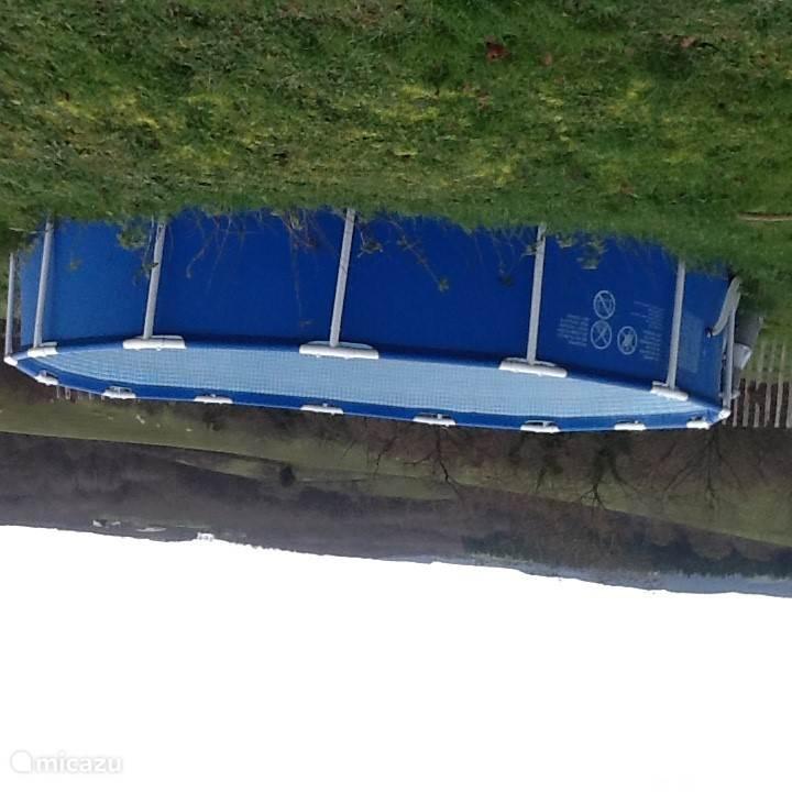 En achter op de wei staat het zwembad klaar als enige afkoeling gewenst is.