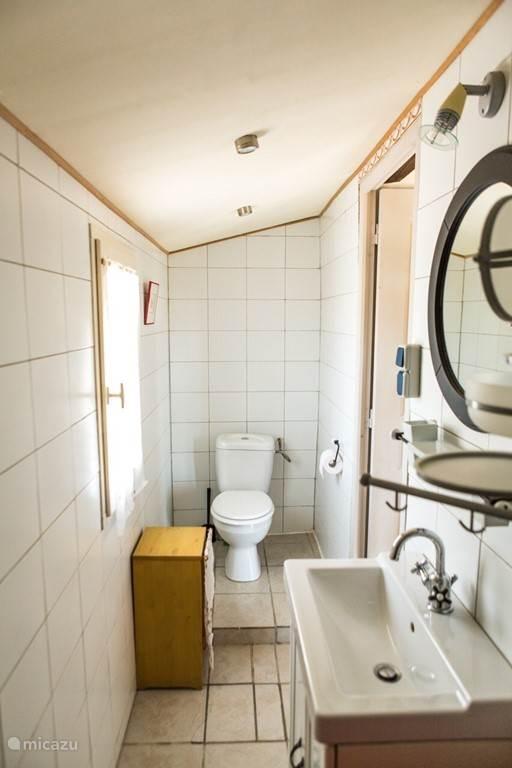 ... en rechts het toilet.