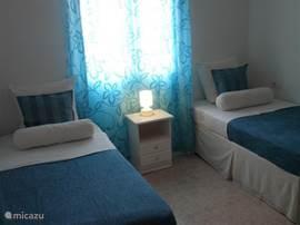 Slaapkamer 3 met twee eenpersoons bedden.
