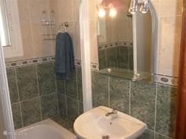 Badkamer 3 met bad / douche.